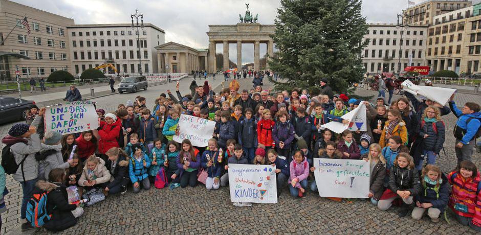 Gruppenfoto am Brandenburger Tor: Berliner Schulkinder mit Bischof Heiner Koch, Monsignore Georg Austen, Bischof Nikolaus, Maite Kelly und Eckhard Pols.  ©Markus Nowack