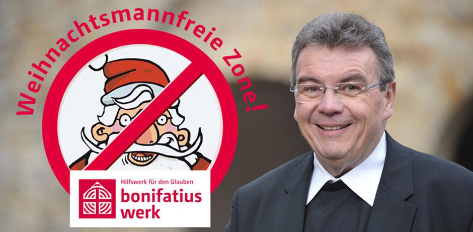 Auf der linken Seite des Fotos ist das Logo der Weihnachtsmannfreien Zone zu sehen. Ein Art Verkehrsschild, auf dem der Weihnachtsmann durchgestrichen ist. Rechts ist der Generalsekretär des Bonifatiuswerkes, Monsignore Georg Austen, abgebildet.