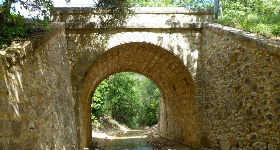 Im Sommer ist der Bach unterhalb des Hügels von Longo maï in der Provence nur noch ein schmales Rinnsal