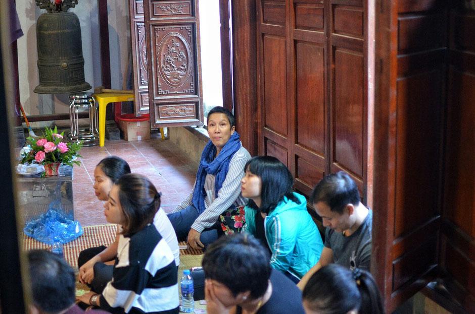 Len Dong – Zeremonie – Zuschauer – Publikum – auf dem Boden sitzen