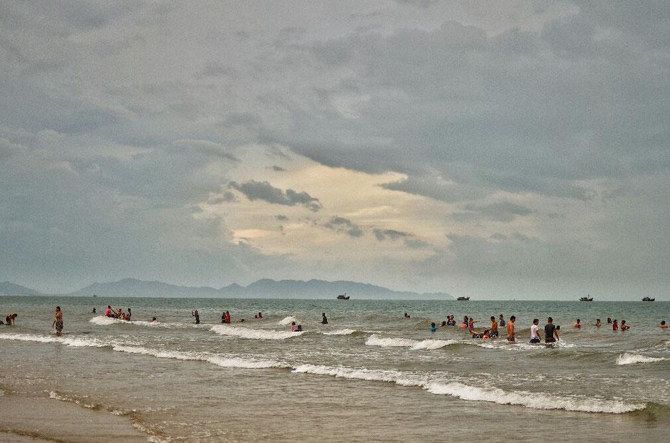Vung Tau - niemals Winter – Ly und Heiko vom Viethouse in Vietnam - Thuy Van Strand von Vung Tau – flacher Sandstrand auf einer Länge von 10km – Menschen im Wasser – leichte Wellen – Nachmittagsstimmung