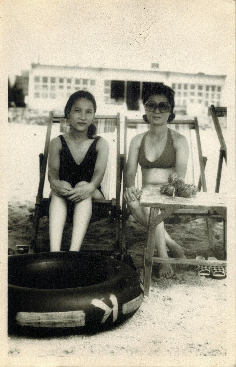 Vung Tau - niemals Winter – Ly und Heiko vom Viethouse in Vietnam - Sommer 1976 – Ly und ihre Tante in Vung Tau – schwarz weiß – s/w Foto
