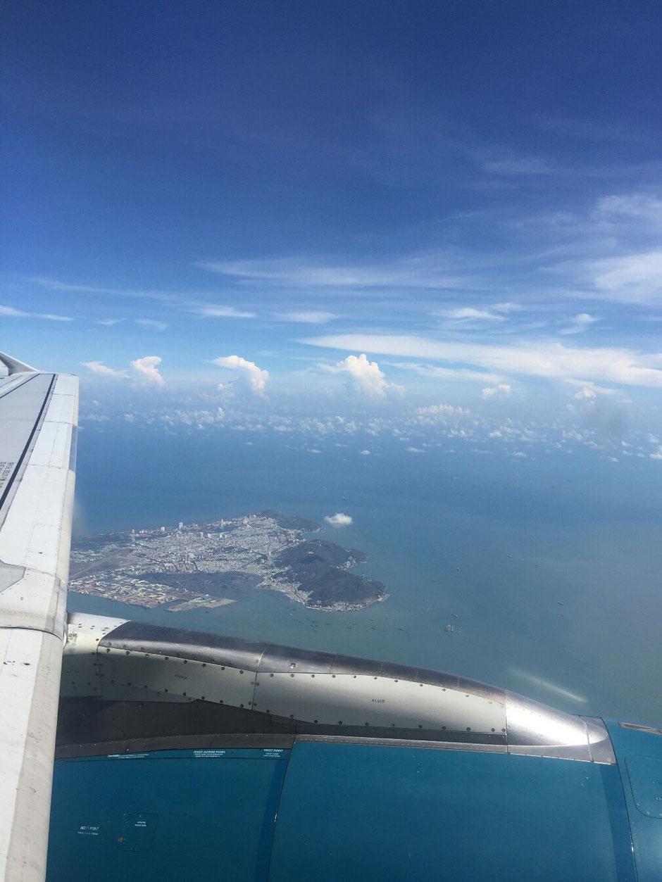 Vung Tau - niemals Winter – Ly und Heiko vom Viethouse in Vietnam - Blick aus dem Flugzeug auf Vung Tau – Reisen – Urlaub – Maschine Vietnam Airlines – Turbine – Tragfläche