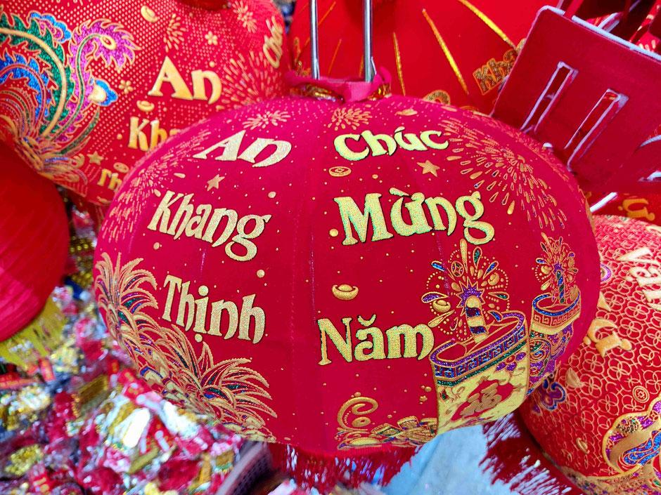 Chúc mừng năm mới-Chuc Mung Nam Moi-Ein frohes neues Jahr-Wuensche-Lampenion-rot-vietnam-urlaub-kaufen-papier-strasse