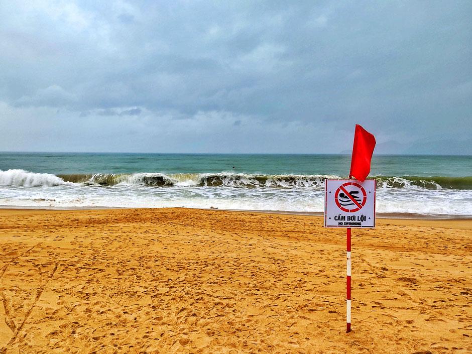 taifun-etau-gesperrter-sand-strand-nha trang-vietnam