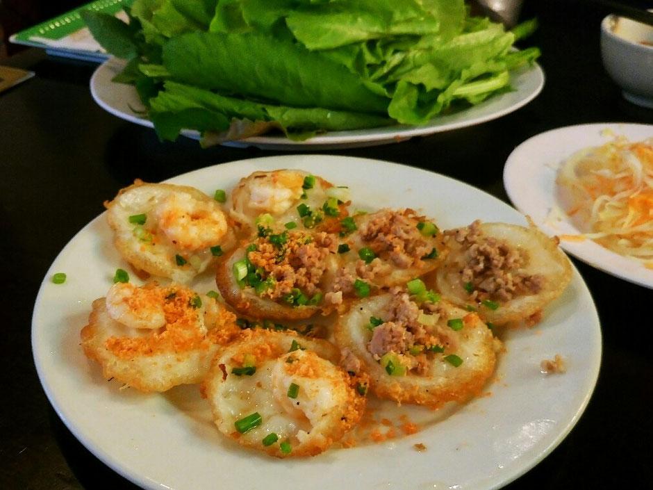 Vung Tau - niemals Winter – Ly und Heiko vom Viethouse in Vietnam - Banh Khot - kleine Pfannkuchen mit Meeresfrüchten, Salat und frischen Kräutern – Essen – Tipp für den Urlaub – unbedingt probieren