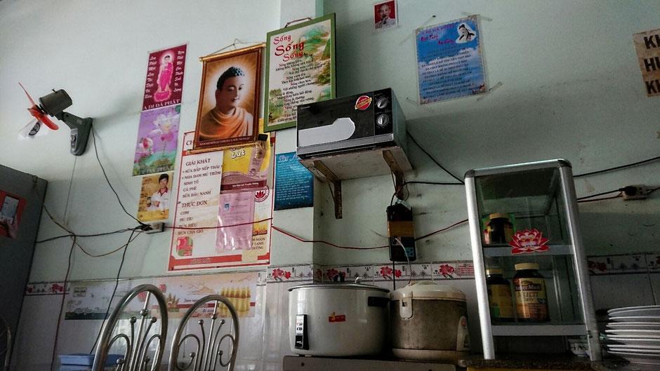 Reiskocher sind in jeder vietnamesischen Küche zu finden, hier stehen sie in einer vegetarischen Garküche im Ort Vung Tau