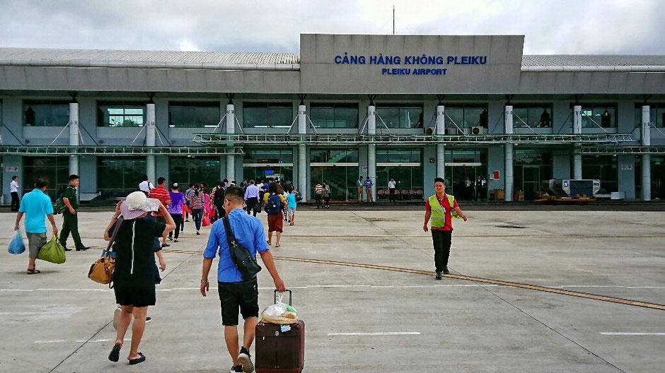 Erkundungstour - zentrales Hochland  - Vietnam – Erkundungstour – Ly und Heiko – Viethouse – Flughafen - Pleiku – Spaziergang – Vorfeld – Menschen – Passagiere – Handgepäck - Warnweste