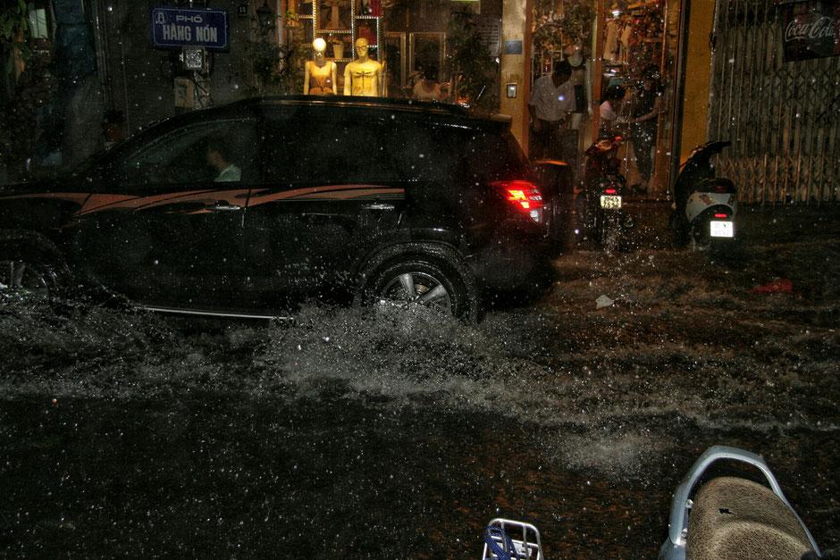 Hanoier Altstadt - starke Regenfälle - SUV ist auf der Strasse unterwegs