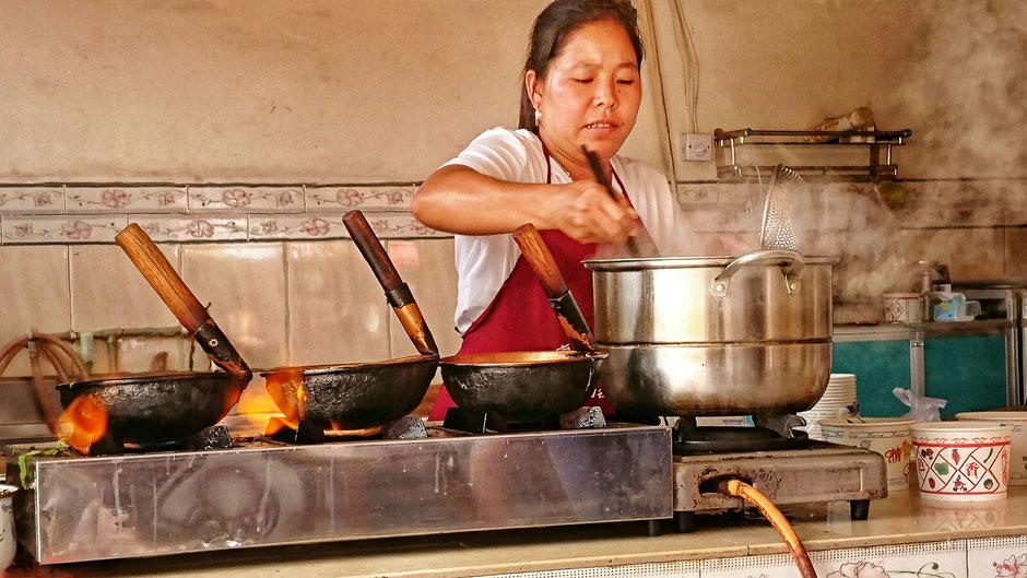 Erkundungstour – Ly und Heiko vom Viethouse in Vietnam waren auf Tour in China - Nudelsuppe zubereitet. Die Küche in der chinesischen Provinz Yunnan ist kräftig, würzig und scharf. In einer Garküche bereitet die Köchin gerade Nudelsuppen vor.