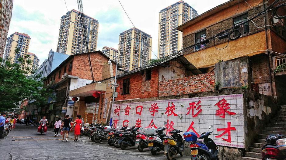 Erkundungstour – Ly und Heiko vom Viethouse in Vietnam waren auf Tour in China – eine Seitenstraße in der Grenzstadt Hekou – die Grenzstadt auf der vietnamesischen Seite heisst Lao Cai und ist 35 Kilometer von Sapa entfernt