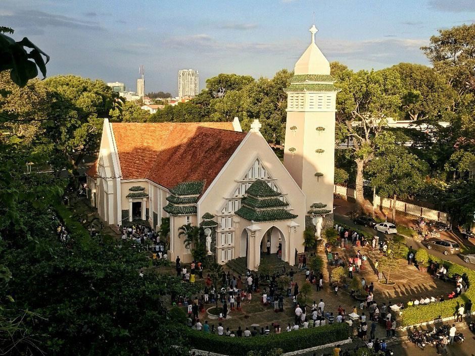 Vung Tau - niemals Winter – Ly und Heiko vom Viethouse in Vietnam - katholische Kirche im Stadtzentrum von Vung Tau – Sonntag – Gottesdienst – Kirche ist überquellt – die Gläubigen stehen um die Kirche herum und hören dem Gottesdienst zu