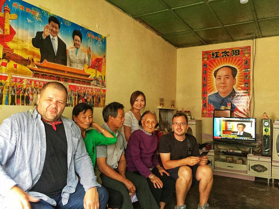 spontaner Besuch bei einer chinesischen Familie - Mao Zedong der ehemalige Vorsitzende der Kommunistischen Partei Chinas ist allgegenwärtig - mit den Reisegefährten Katie und Alex – Alex ist Alexander Pollnow – Wahlchinese und Fotograf