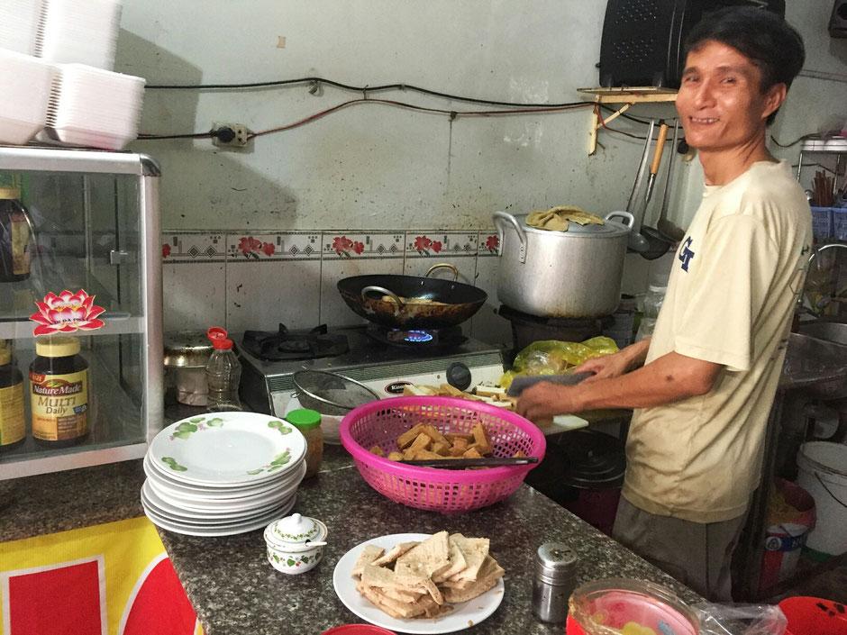 vegetarische Garküche in Vietnam, im Ort Vung Tau, der Chef kocht selber