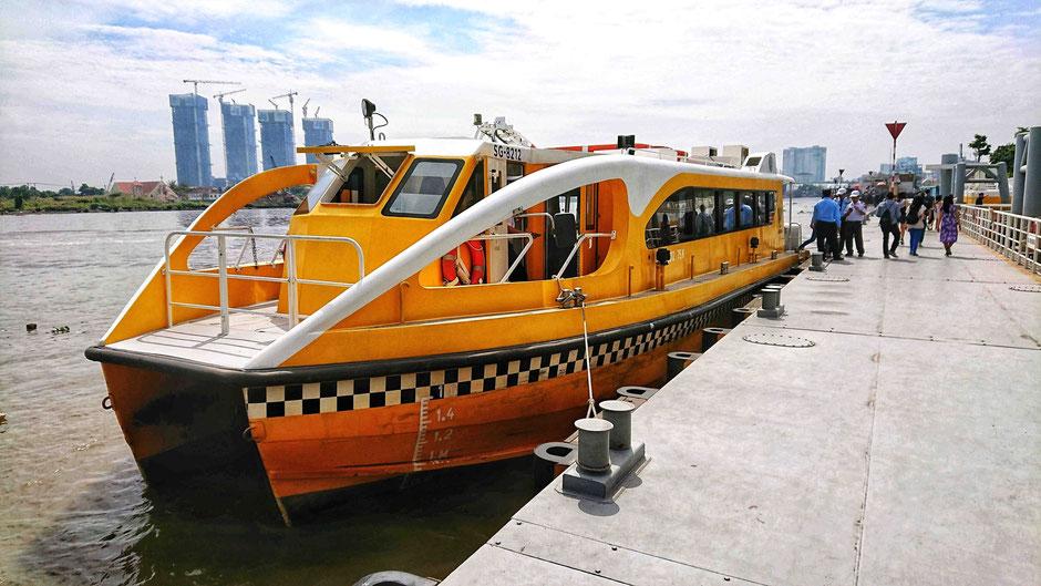 Schiff der Saigon Waterbus - Flotte am Schiffsanleger Bach Dang, im 1. Bezirk von Saigon