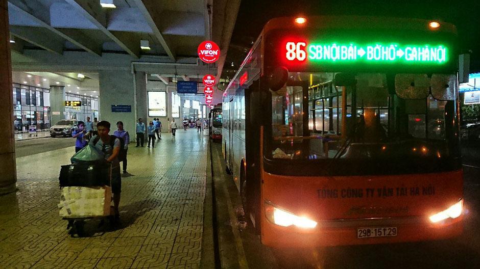Hanoi - Flughafentransfer - Bus - Linie 86 - Flughafen – Altstadt – Ly und Heiko – Viethouse – Urlaub – Vietnam – Orange – Mensch – Trolley – Gepäck – Terminal – Ankunft