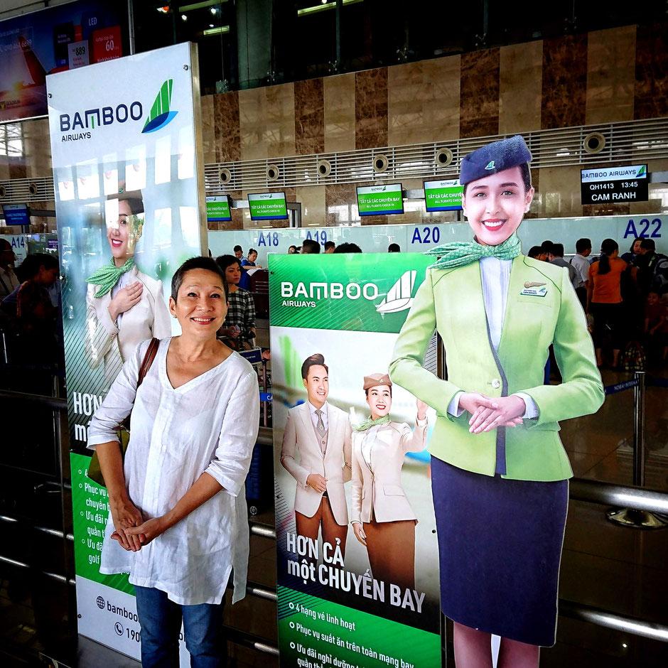 flughafen-terminal-hanoi-aufsteller-vietnamesische-fluglinie-fluggesellschaft-bamboo-airways-urlaub-reisen-vietnam-viethouse