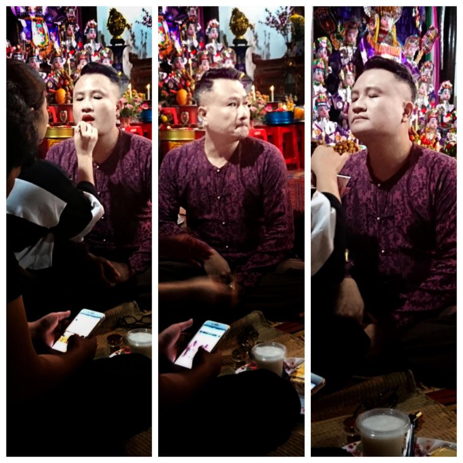 asiatischer Mann - geschminkt – Lippen werden mit rotem Lippenstift bemalt – Altar