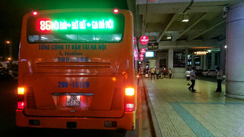 Hanoi - Flughafentransfer - Bus - Linie 86 - Flughafen – Altstadt – Ly und Heiko – Viethouse – Urlaub – Vietnam – Terminal – Ankunft – Bushaltestelle – Noi Bai  - Hinteransicht – Menschen – Hotline – Nummernschild