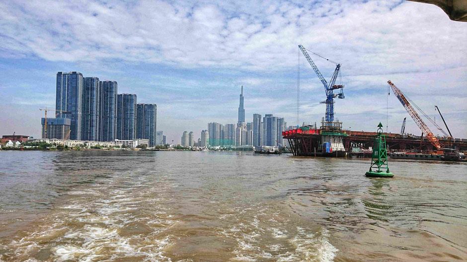 Blick auf den 1. Bezirk von HCM vom Saigon River, mit Landmark 81, dem derzeit höchsten Gebäude in Vietnam