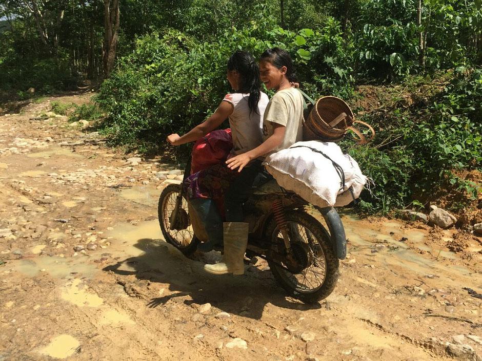Erkundungstour - zentrales Hochland  - Vietnam – Erkundungstour – Ly und Heiko – Viethouse – Moped – beladen – Menschen – Mädchen – lachen – Waldweg – Matsch – Schlamm
