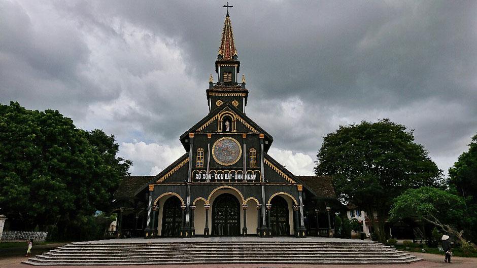 Erkundungstour - zentrales Hochland  - Vietnam – Erkundungstour – Ly und Heiko – Viethouse – Holzkirche - Kon Tum – katholisch – Nachmittag – stimmungsvoll – tief hängende Wolken