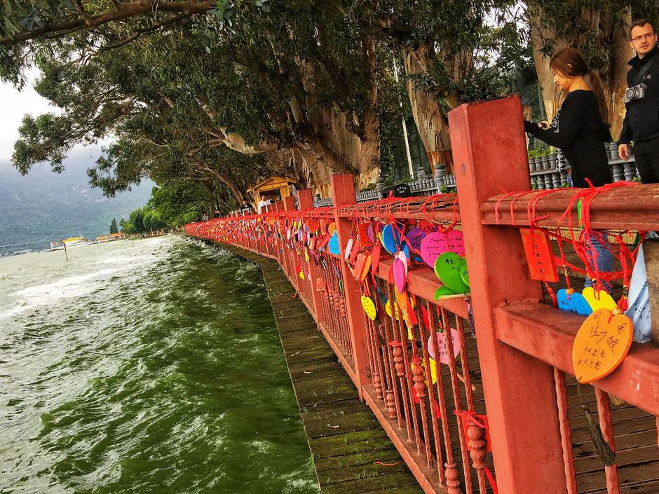 Erkundungstour – Ly und Heiko auf Tour in China – Liebesbekundungen an der Bruecke vom Dian Chi-See – in der Stadt Kunming