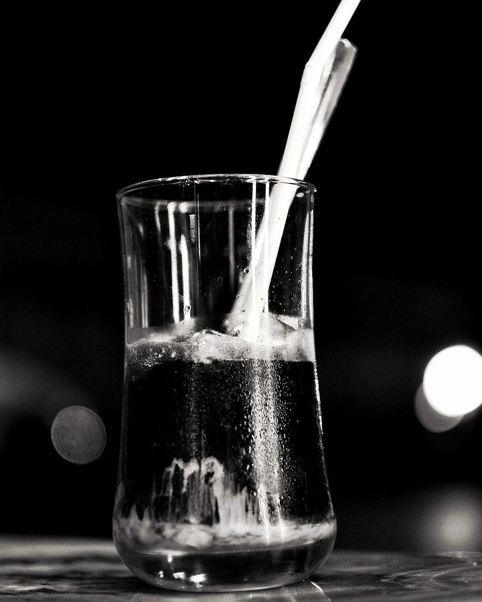 Erkundungstour - zentrales Hochland  - Vietnam – Erkundungstour – Ly und Heiko – Viethouse – schwarzer Kaffee – Glas – Strohhalm – schwarz weiß – s/w Foto – Gegenlicht