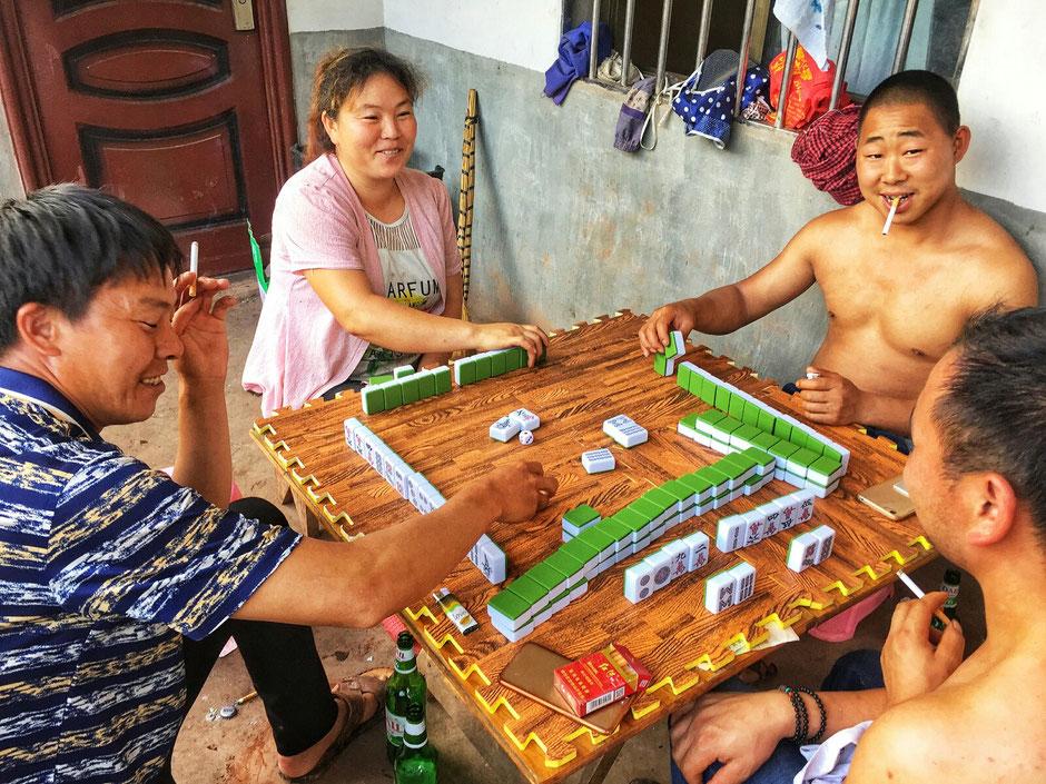 Erkundungstour – Ly und Heiko vom Viethouse in Vietnam waren auf Tour in China – in dieser lustigen Rund wird gerade Mahjong gespielt – Mahjong ist ein altes chinesisches Spiel für vier Personen