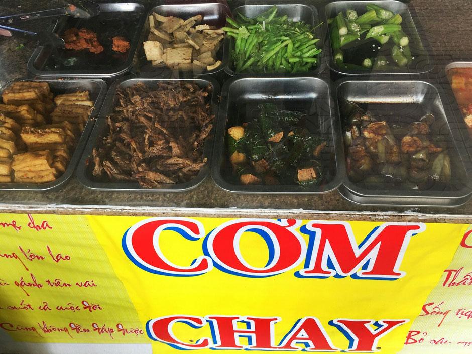 Com Chay ist vietnamesisch, bedeutet vegetarische Speise – vegetarisches Essen, eine Garküche Vietnam, in dem Ort Vung Tau, Blick auf das vegetarisches Buffet