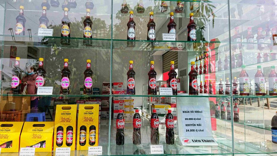 Werksverkauf der Fischsaucenfabrikation am Aus- bzw. Eingang zum Schiffsanleger Linh Dong