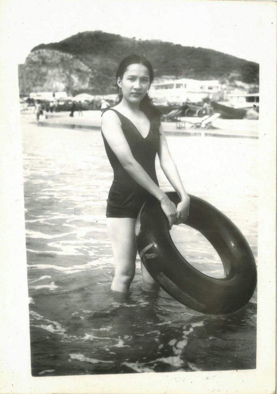 Vung Tau - niemals Winter – Ly und Heiko vom Viethouse in Vietnam - Sommer 1976 – Ly am Thuy-Van-Strand von Vung Tau – schwarz weiß – s/w Foto