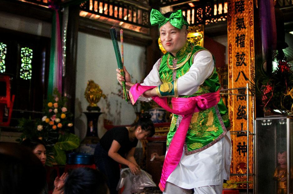 Len Dong – Zeremonie – Altar – geschmückt – Blumen – Gaben für die Geister – Person in prächtig grünem Gewand