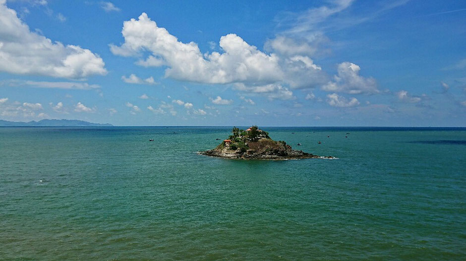 Vung Tau - niemals Winter – Ly und Heiko vom Viethouse in Vietnam - Insel Hon Ba mit dem Tempel Mieu Ba – bei Ebbe ist die Insel zu Fuß erreichbar – blauer Himmel – sonnig – einige Wolken