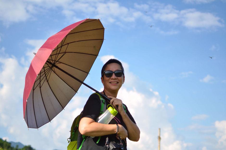 Erkundungstour - zentrales Hochland  - Vietnam – Erkundungstour – Ly und Heiko – Viethouse – roter Sonnenschirm – blauer Himmel