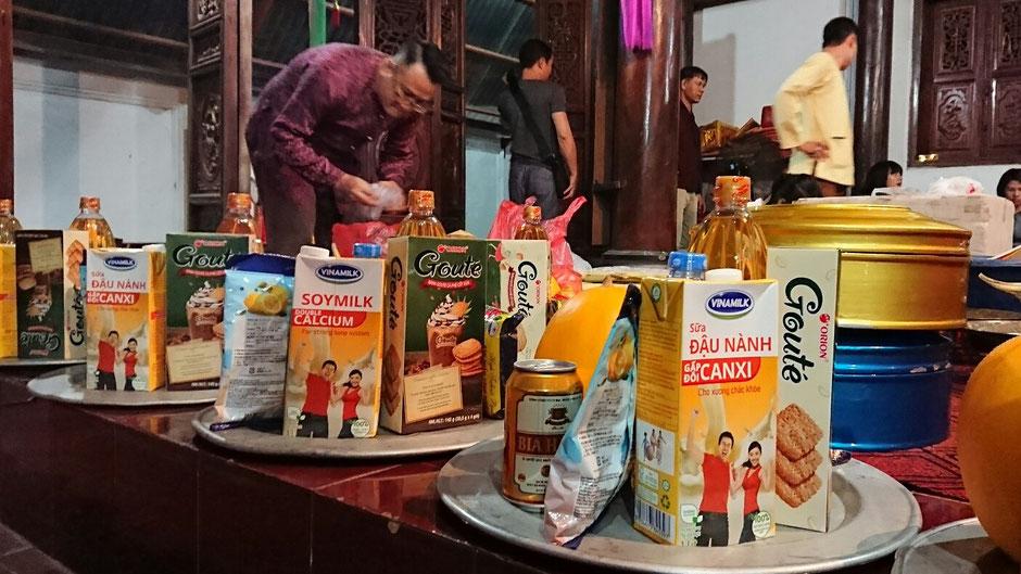 Opfergaben – Geister – Bierbüchse – Kekse – Milch im Tetra-Pack – gelbe Honigmelone – Wasserflasche
