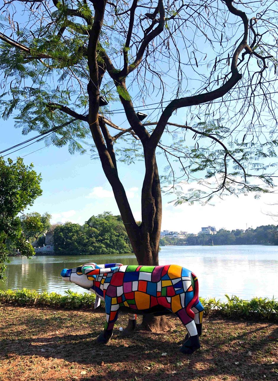 individuell-bunt-bemalter-Buddy-Wasserbüffel-am-Hoan-Kiem-See-Hanoi-Februar-2021-TET-Fest