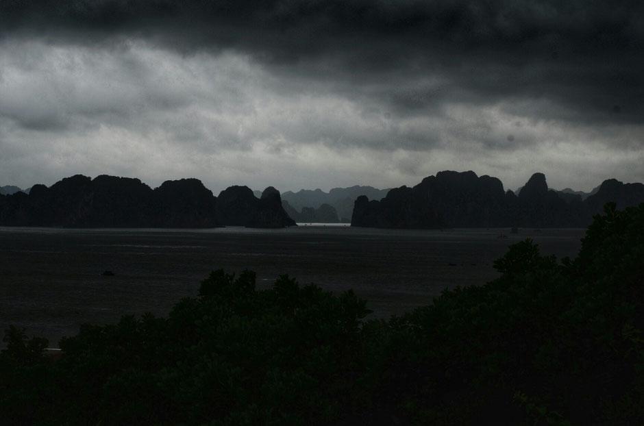 ein Sturm kommt - Blick auf die Halong Bucht