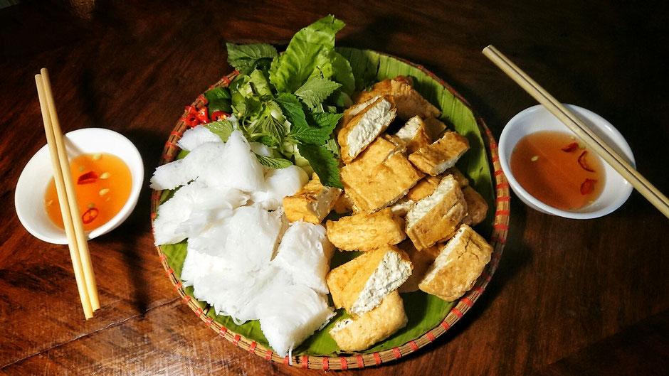 frittierter Tofu mit Reisnudeln, Salat und Kräutern, Chili, Fischsoße, in vietnamesischer Sprache  Bun Dau, vegetarische Ernaehrung,  Fischsoße gibt es in vegetarischer Form, nennt sich Nuoc Mam Chay