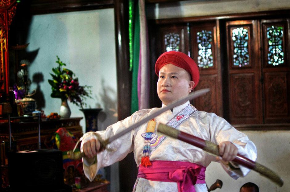 Len Dong – Zeremonie – Person in prächtig weißen Gewand – stehend – Schwert - Waffe - in der Hand