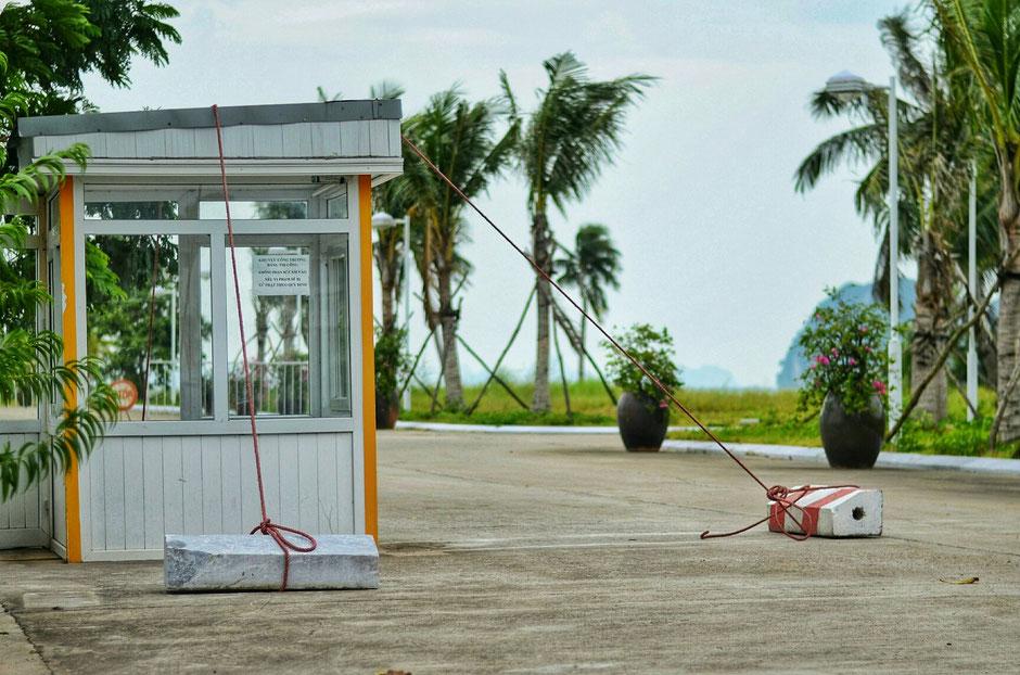 einfach und effizient – Sturmsicherung auf Tuan Chau Island – Halong Bucht – der Wirkungsstätte von Ly und Heiko vor vielen Jahren