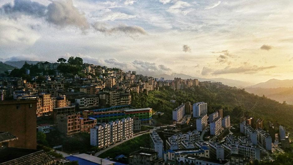 Erkundungstour – Ly und Heiko vom Viethouse in Vietnam waren auf Tour in China – Blick auf eine Stadt in den Bergen – bei Sonnenuntergang - irgendwo in der chinesischen Provinz Yunnan