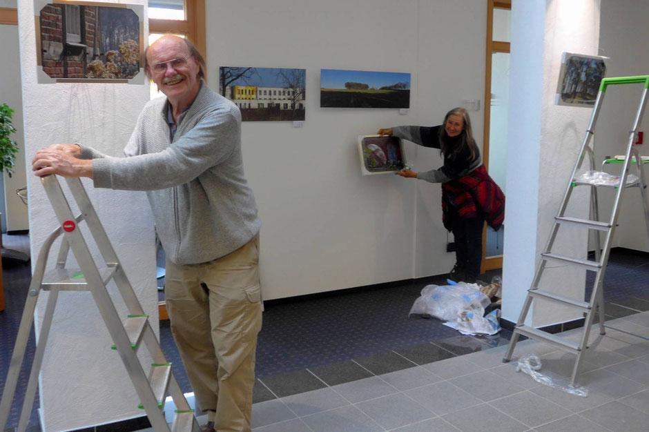 Aufbau der Fotoausstellung in der Bassumer Volksbank
