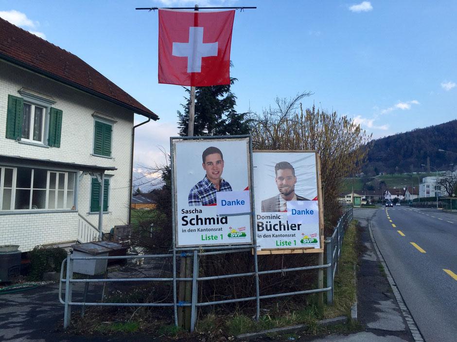 Mit Danke-Aufklebern präparierte Plakate der beiden Kandidaten Dominic Büchler und Sascha Schmid, um den Wählerinnen und Wählern der Gemeinde Grabs zu danken.