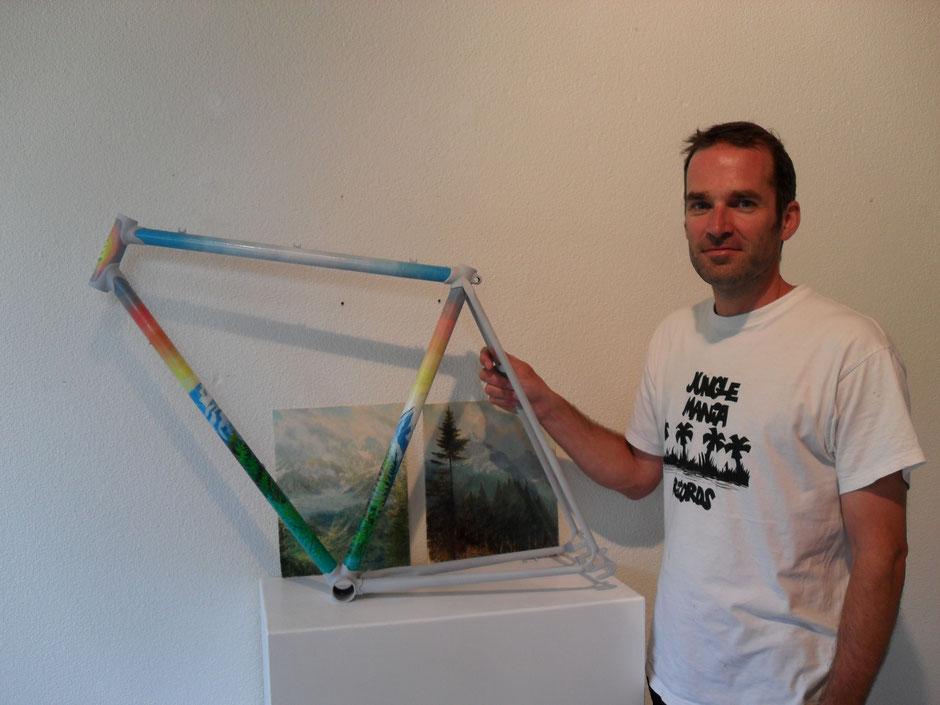 Der Londoner Künstler Sam Douglas mit seinem nach dem Vorbild seiner Bilder gestalteten CILO Rennradrahmen