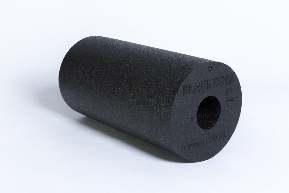 eine original BLACKROLL Faszienrolle Standard black vor weißem Hintergrund