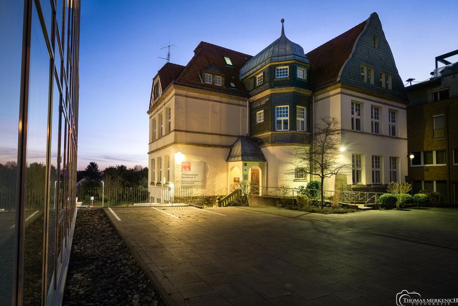 Progymnasium in Bensberg nach Einbruch der Dunkelheit