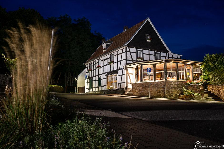 Fachwerkhaus Café Kroppenberg in Bensberg zur blauen Stunde