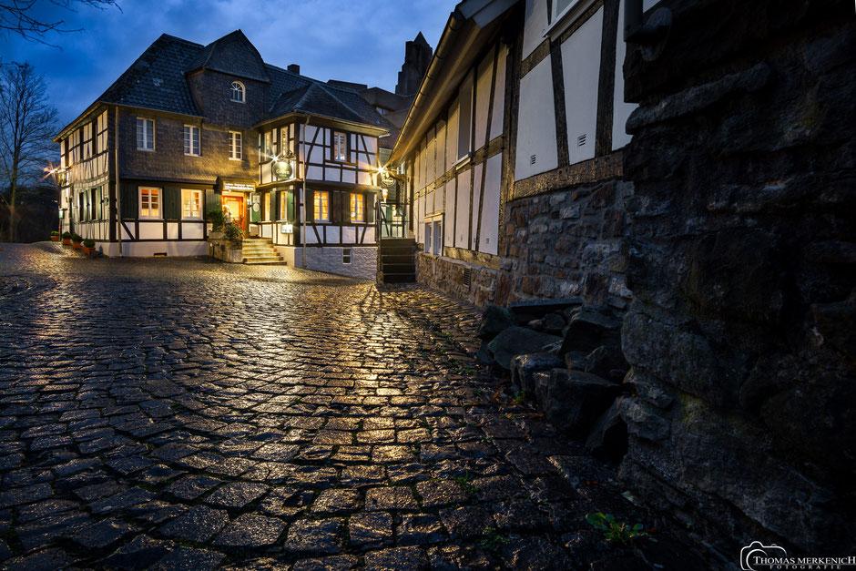 Gasthaus Wisskirchen, auf dem Burggraben in Bensberg nach Sonnenuntergang