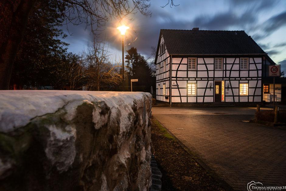 altes Fachwerkhaus, Stachelsgut 38, Alt-Refrath in Bergisch Gladbach nach Sonnenuntergang